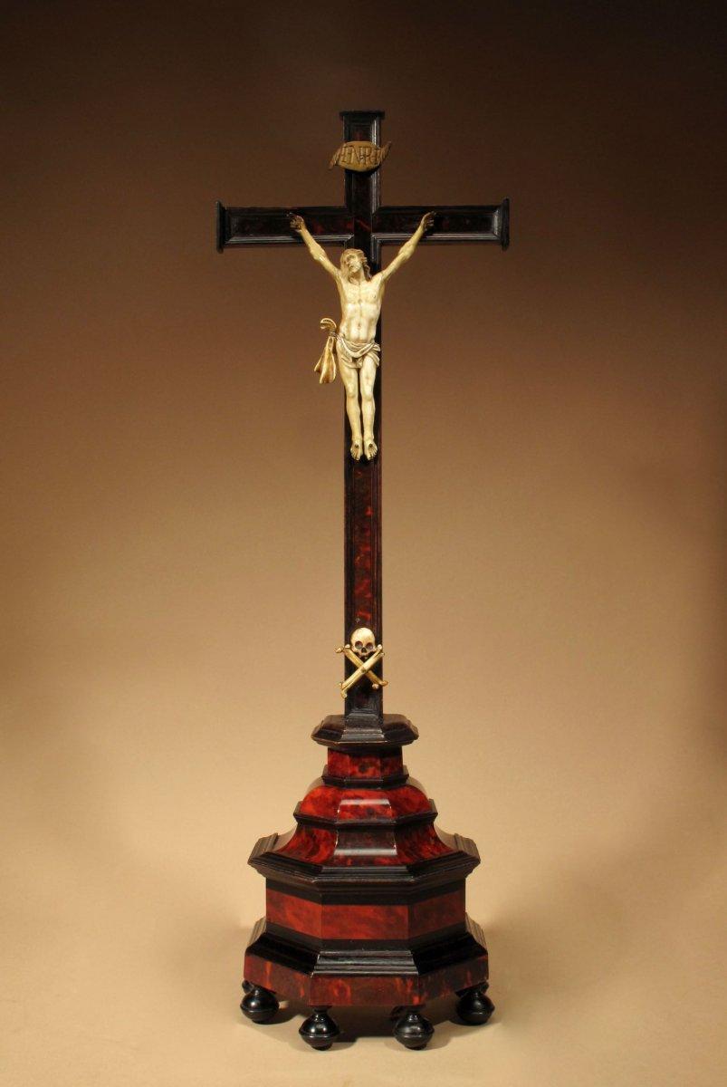 Un Crucifix Finement Plaqué En ébène Et écaille De Tortue, Appliqué Avec Un Corpus Christi En I