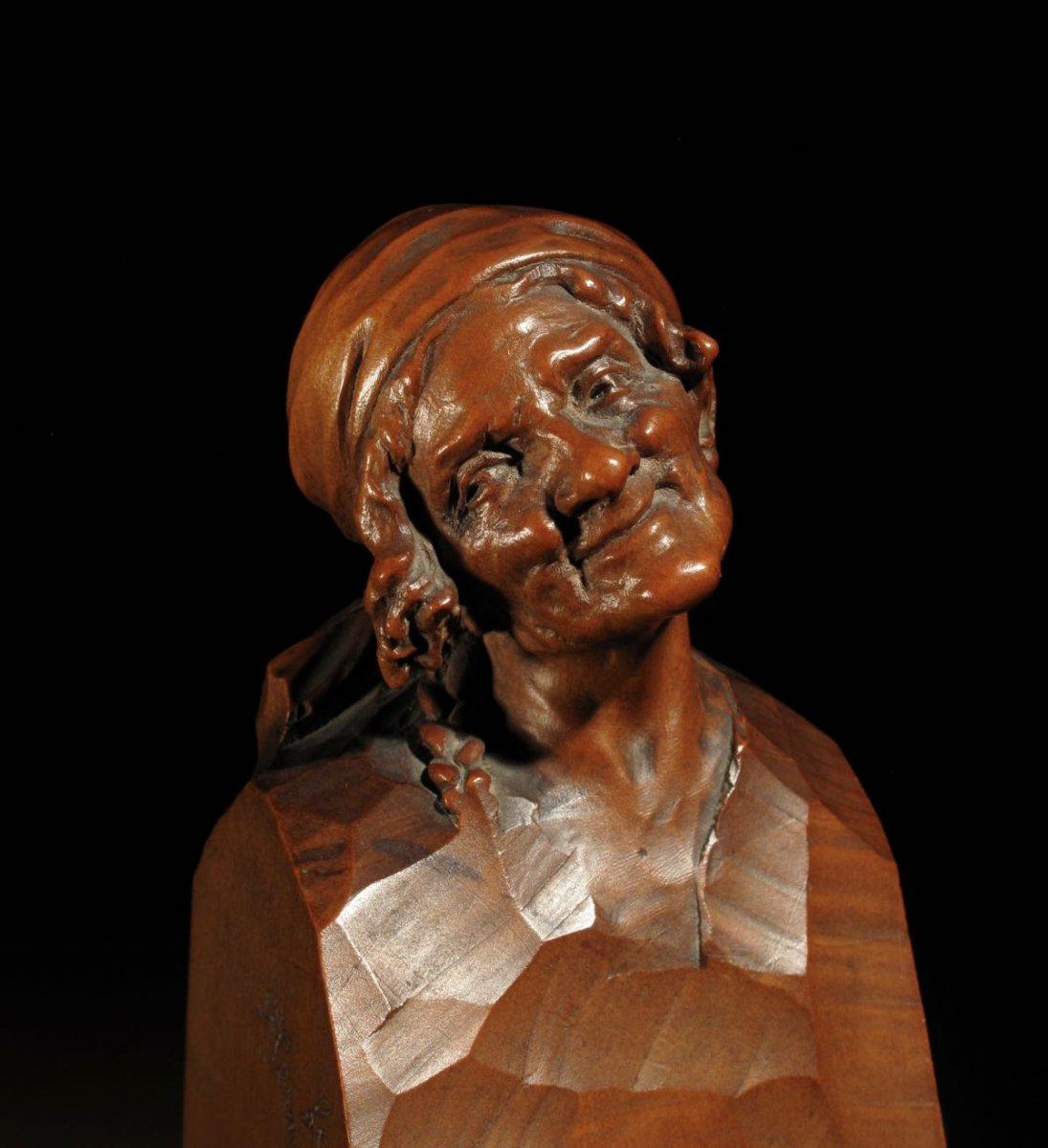 Une Belle Tête En Bois De Poirier Finement Sculptée Et Signée d'Une Vieille Femme, Par Hermann