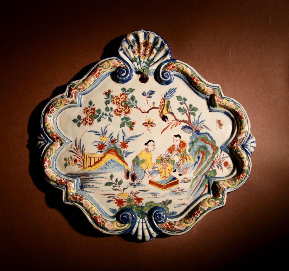 Une Plaque Originale Très Décorative De Chinoisserie Hollandaise En Polychrome De Delft, Vers 1