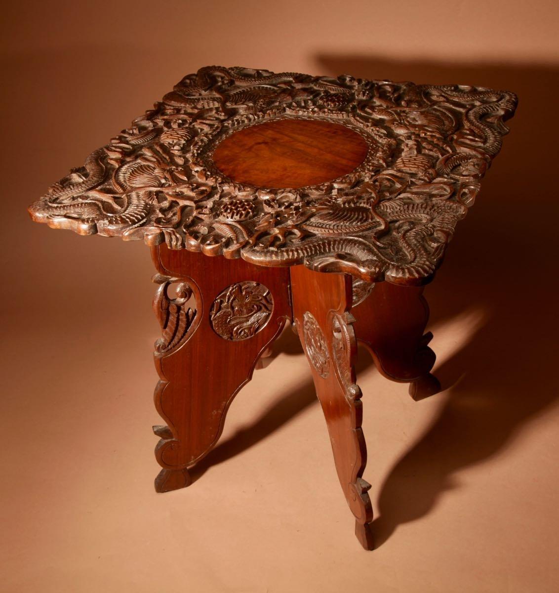 Une Table Pliante Indienne Originale Très Finement Sculptée Fabriquée à Srinagar Vers 1900/1920