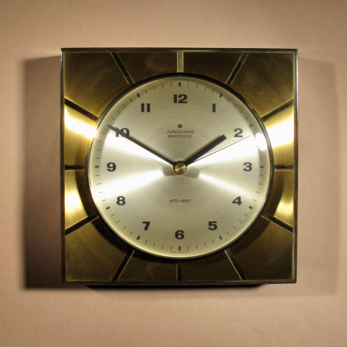 Une Horloge Murale Design Junghans Ato-mat élégante.