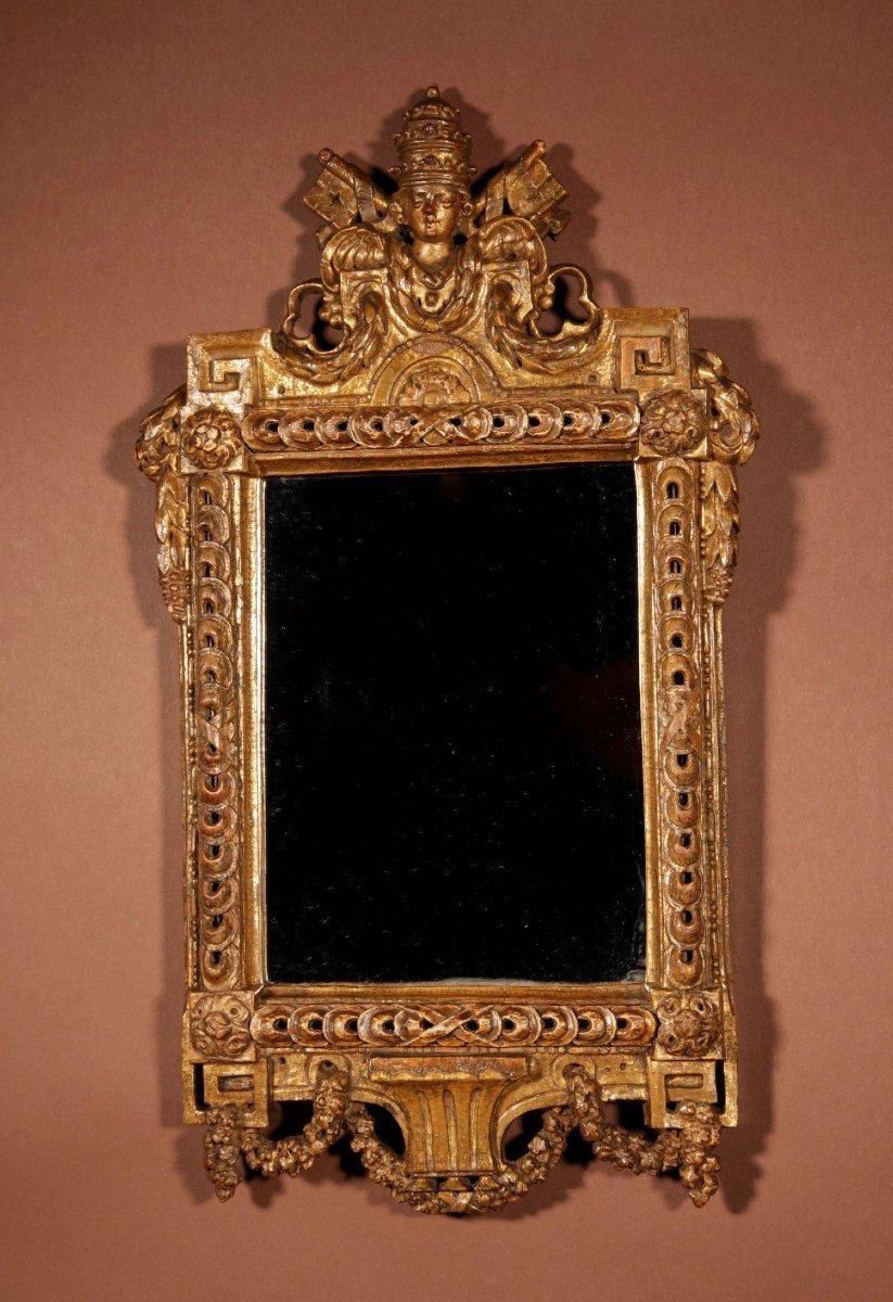 Un Miroir Très Intéressant Avec Les Armoiries Papales Du Dernier Quart Du 18e Siècle.