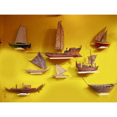 Maquette Très Intéressante De Huit Modèles De Bateau / Radeau. Circa: 192
