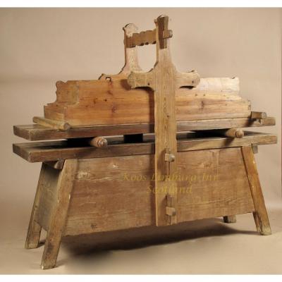 Une Table De Brassage En Bois Très Rare, Pour Le Repassage Du Ling