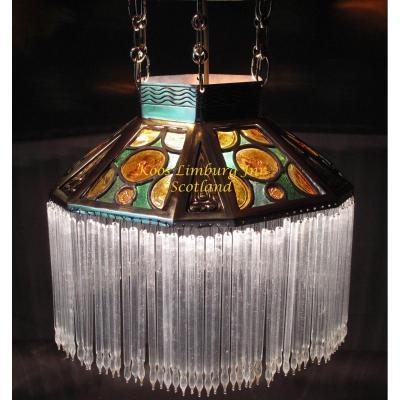 Une Lumière Accrochante En Verre Et Laiton Très Décorative Et élégante. Arts&craft, Continental