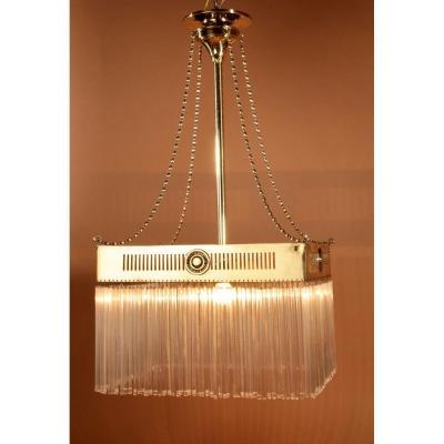 Une Lampe Suspendue à Lumière Centrale En Laiton Très Décorative De l'école d'Amsterdam.