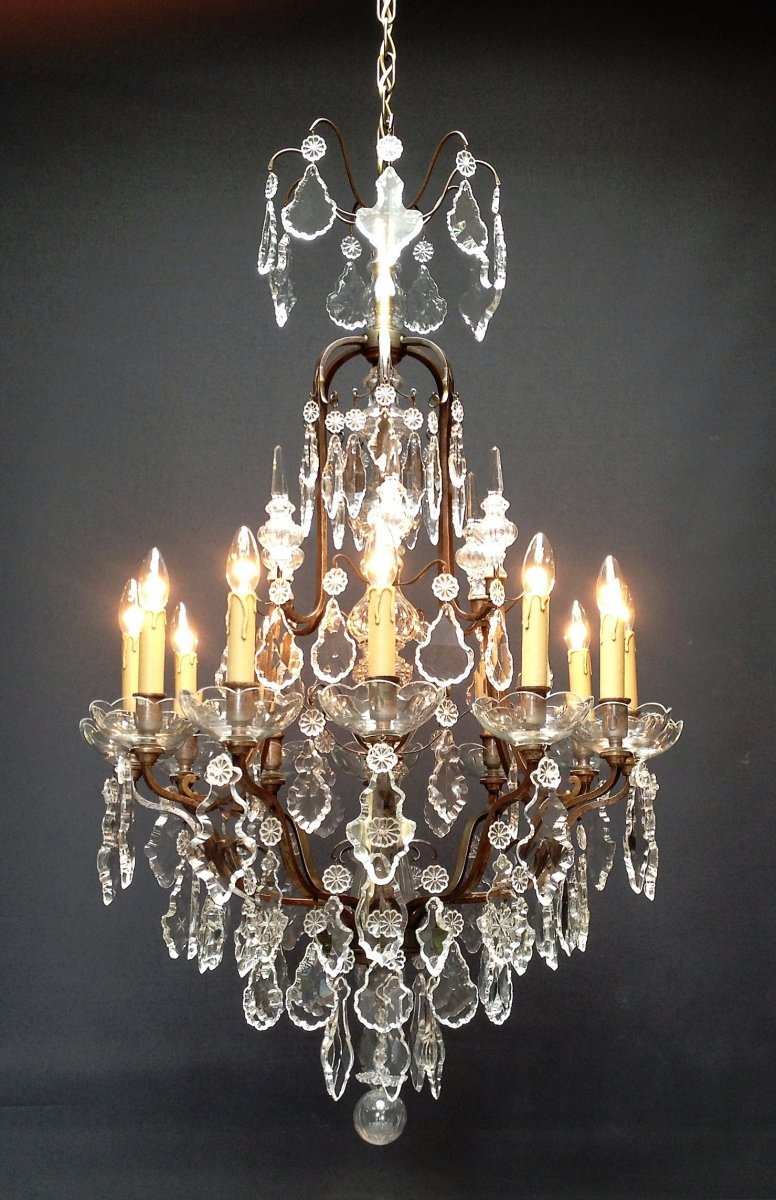 Suberbe French Chandelier With 12 Luminous Points.
