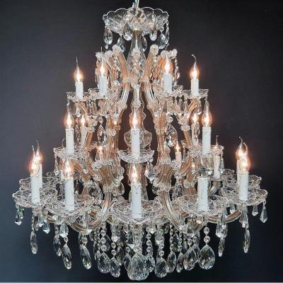 Magnifique lustre Maria-Theresia avec 24 lumières.