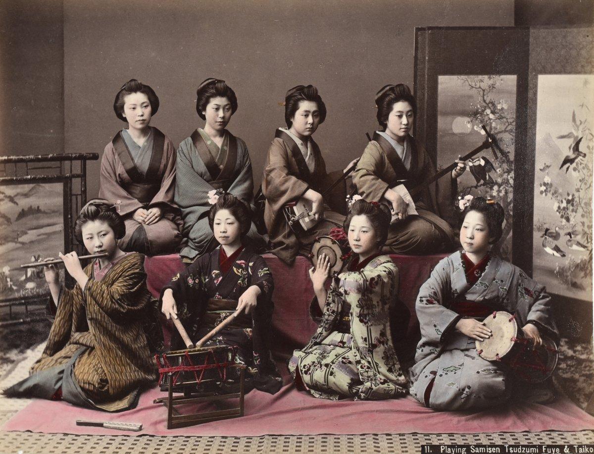 Kusakabe Kimbei (1841-1934)  Playing Samsen, Tsudzumi, Fuye & Taiko   Japon, Vers 1880