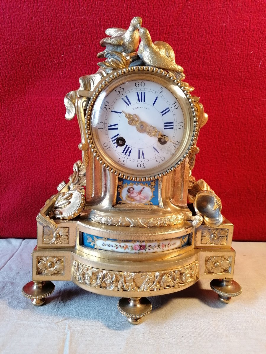 Pendulum Aux Colombes. Movement Over. In Gilt Bronze Early 19th, With Porcelain Plates
