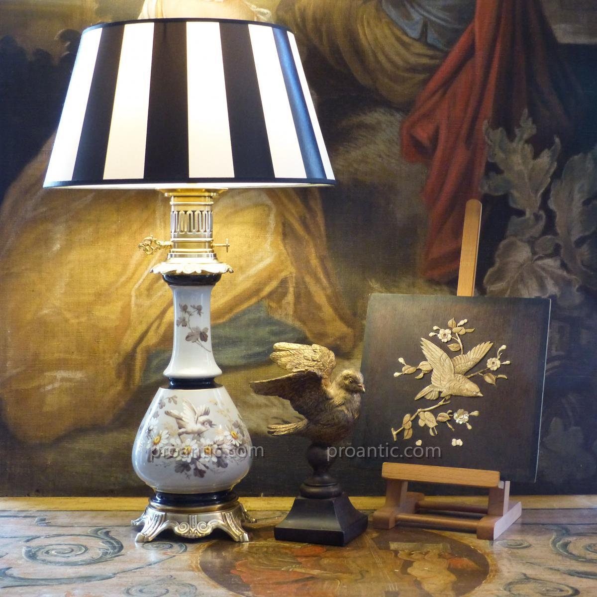 Grande Lampe Napoléon III En Porcelaine Avec décor peint de Fleurs Et Oiseau, XIXe