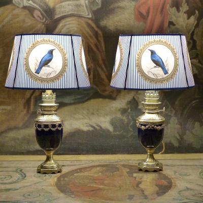 Paire de lampes à pétrole en porcelaine bleu de Sèvres de style Louis XVI, XIXe