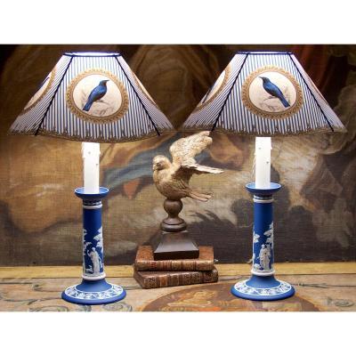 Paire De Bougeoirs Wedgwood Bleus Montés En Lampes, Décor Néoclassique, Angleterre, époque XIXe