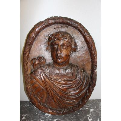 Grand Bas Relief En Noyer Sculpté Du XVIIeme Représantant Un Empereur Romain