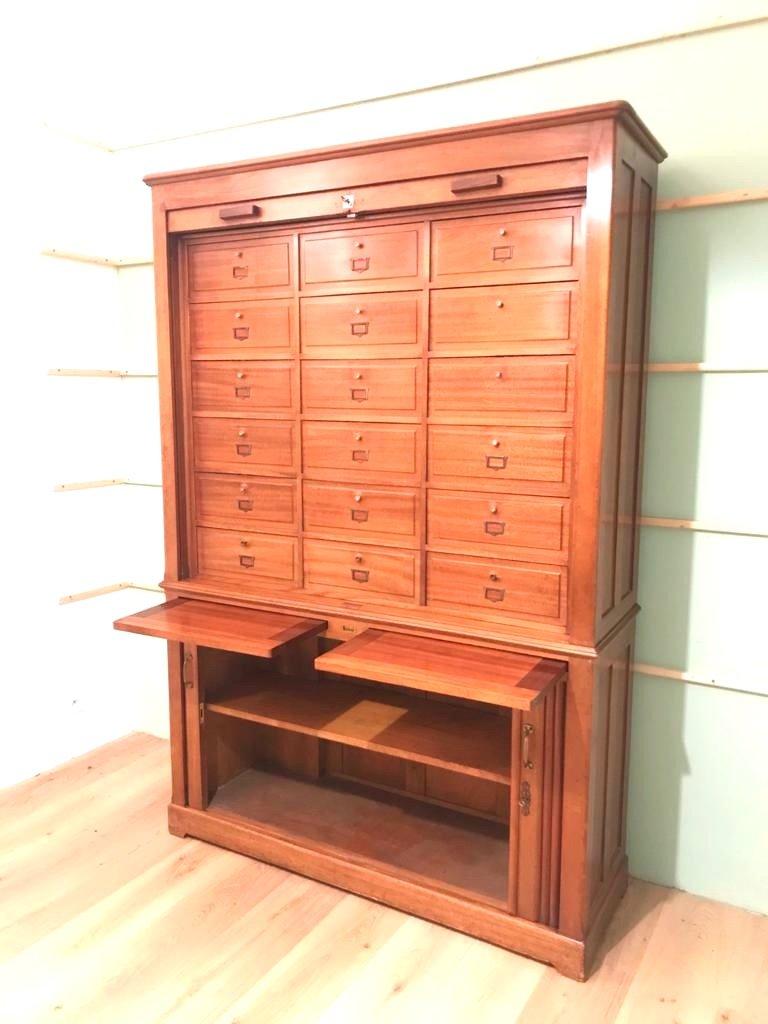Meuble industriel à rideau en acajou blond également meuble de notaire. Epoque 1900