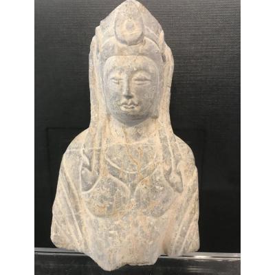 Fragment De Stèle Représentant Un Buste De Bodhisattva En Pierre Sculptée
