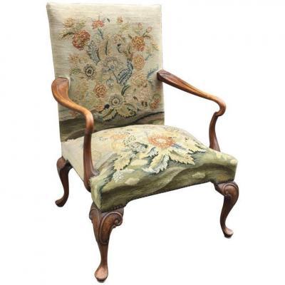 Large Ancien Fauteuil De Style Queen Anne , Tapisserie Aux Points Fauteuil En Bon état