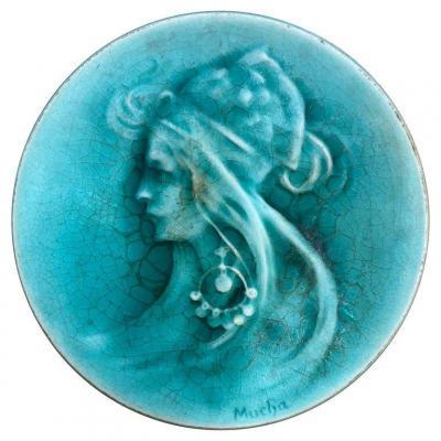 Petite Céramique Signée Mucha, Représentant Un Portrait De Sarah Bernard , Circa 1900