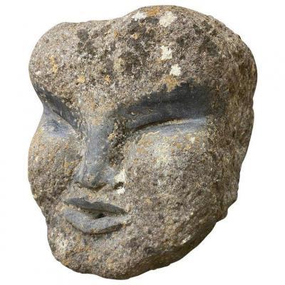 Ancien élément De Fontaine En Pierre Sculptée