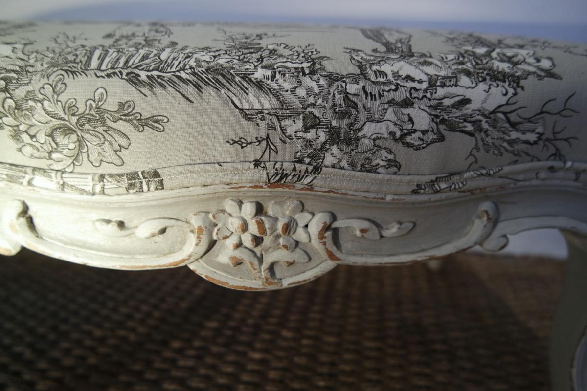 Charmante banquette basse . Style Louis XV.