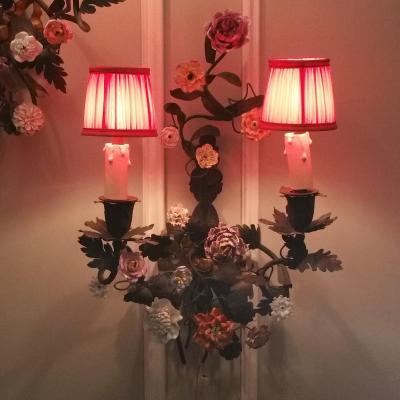 Paire Appliques En Tôle Et Fleurs En Porcelaine