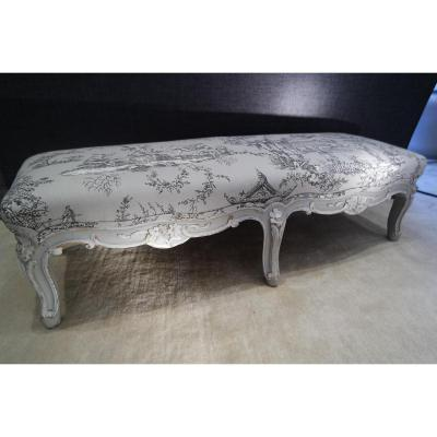 Charmante banquette basse . Style Louis XV.