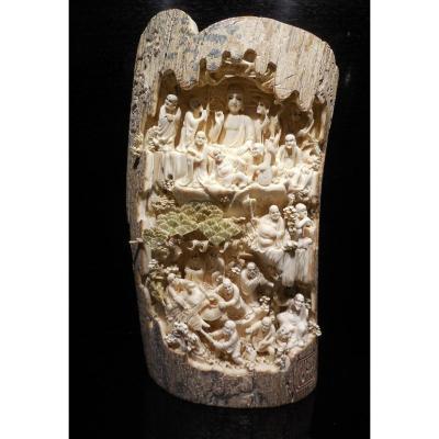 Fragment D'ivoire Sculpté Provenant D'une   Défense De Mammouth.