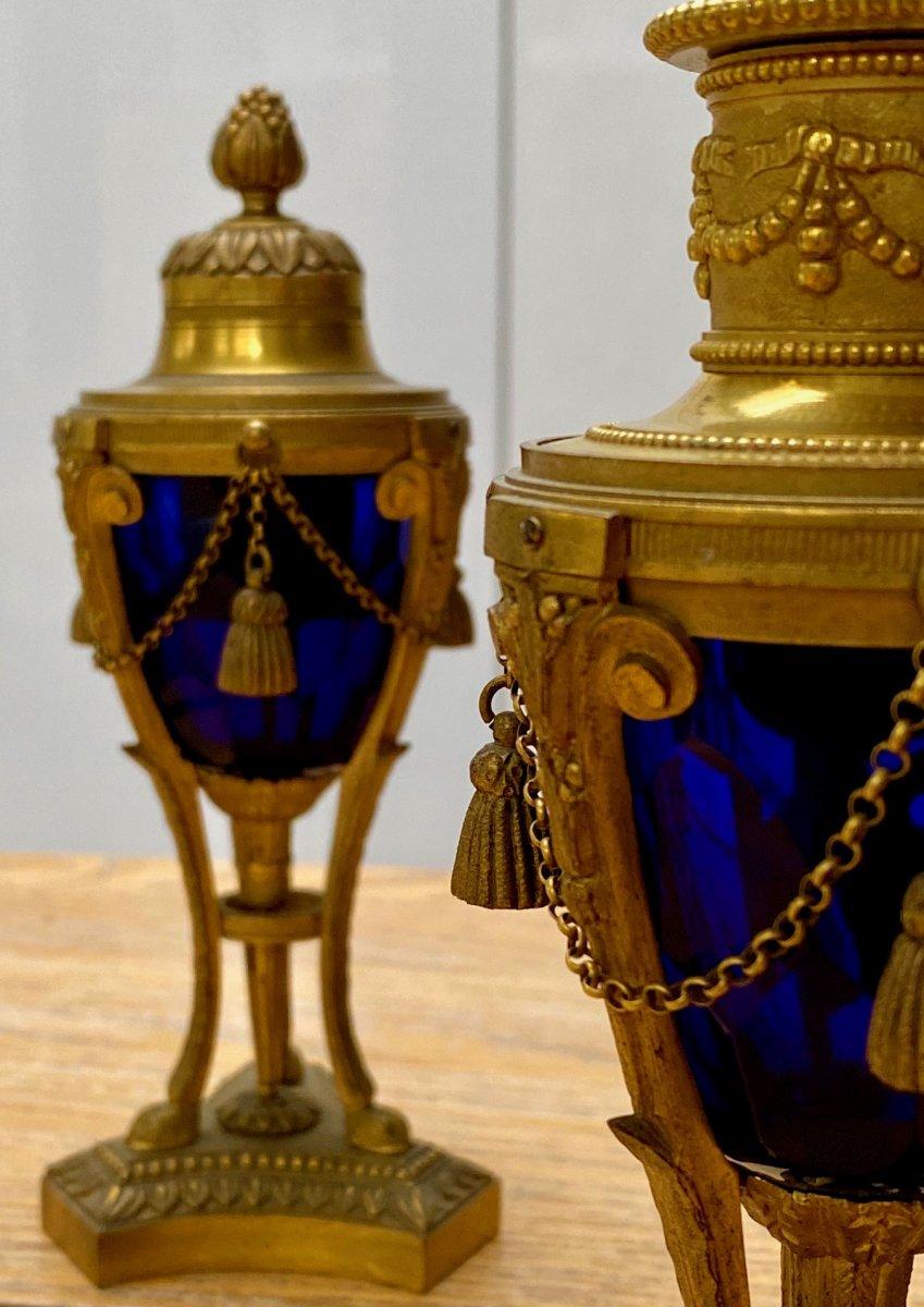 Paire de cassolettes 19eme en verre bleu taillé et bronze doré pouvant former bougeoirs