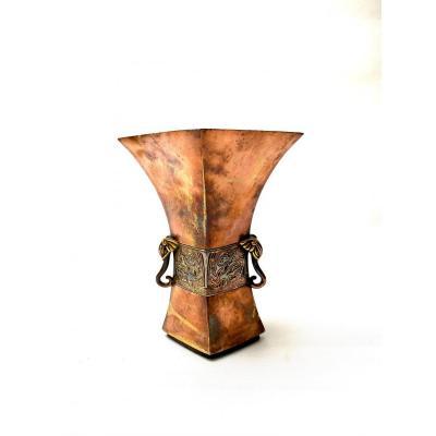 Christofle et Cie. Vase de style archaïque chinois en bronze patiné cuivré, argenté et doré