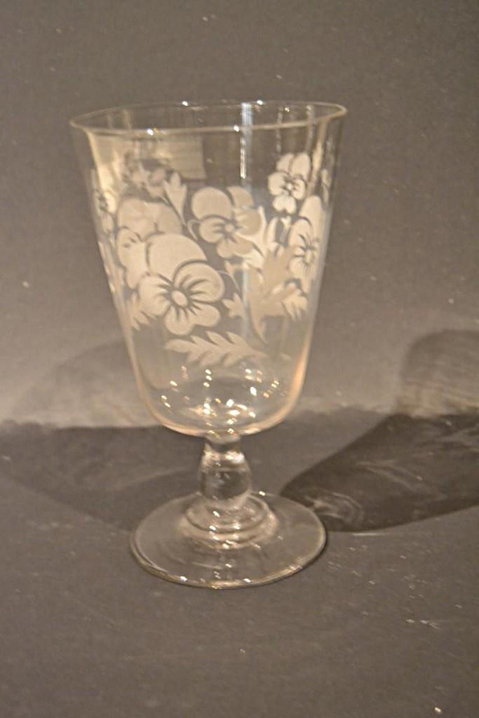 grand verre de mariage d cor de fleurs xixe vases et objets en verre. Black Bedroom Furniture Sets. Home Design Ideas