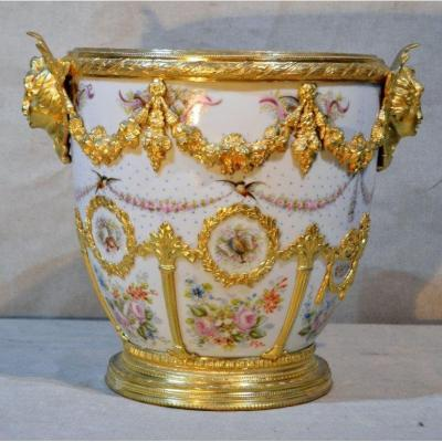 """Sèvres """"Château des tuileries"""", Important cache pot en porcelaine et bronze, XIXe"""