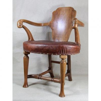 Antonio GAUDI (à la manière de )(1852-1926), fauteuil en noyer