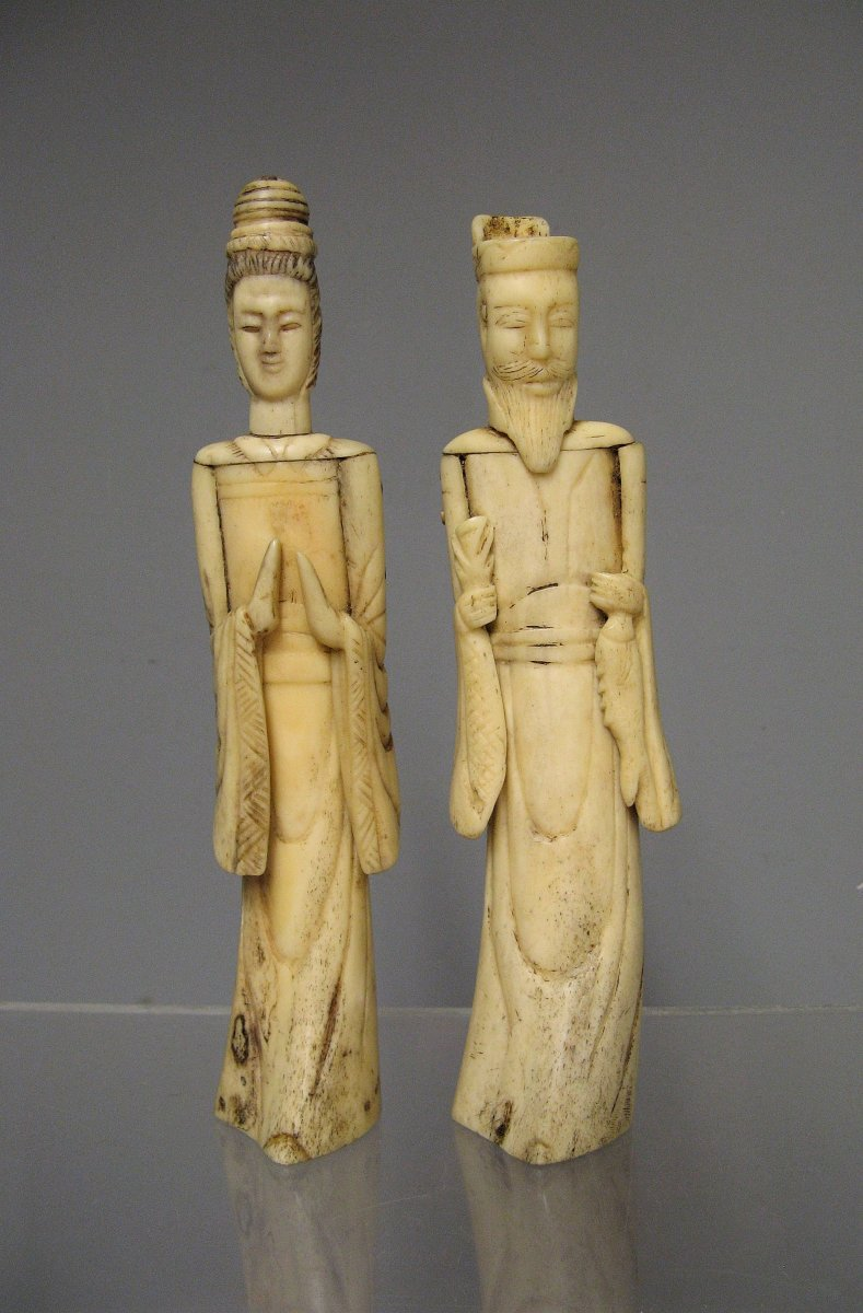 Couple De Dignitaires En Os Sculpté. Japon 18e/19e.