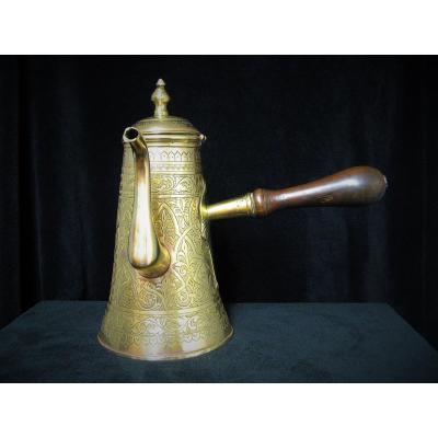Verseuse à café En cuivre jaune.  Art Oriental XIXe.