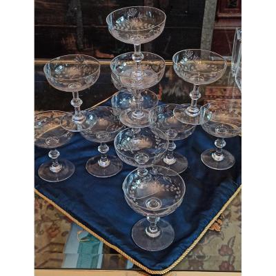 Suite De 12 Coupes à Champagne En Cristal Taillé Et Gravé De Fleurs Baccarat Circa 1940