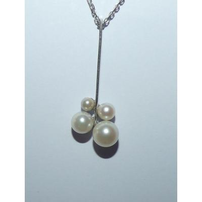 White Gold And Pearls Pendant