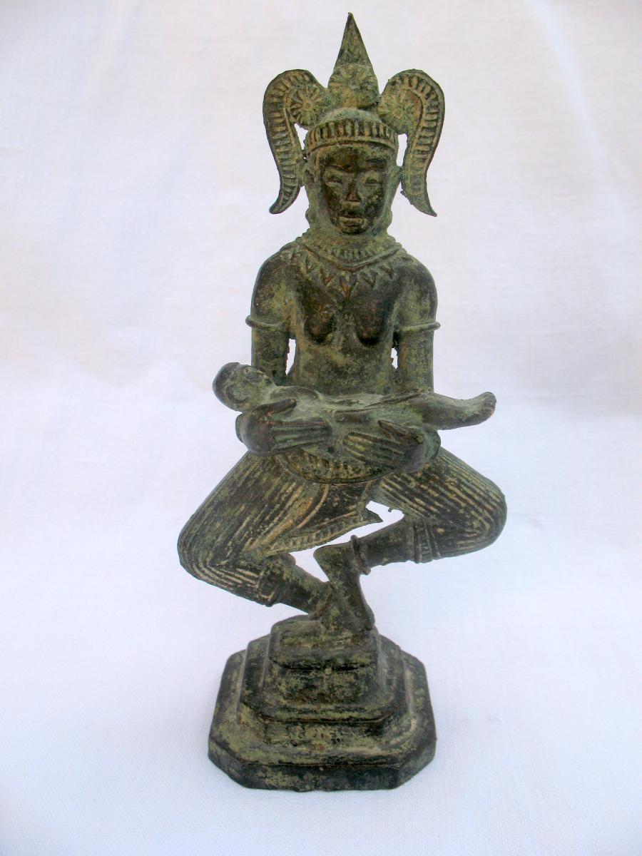 Statue en bronze d'une déesse Apsara à l'enfant. Empire Khmer, Cambodge XVIIIème