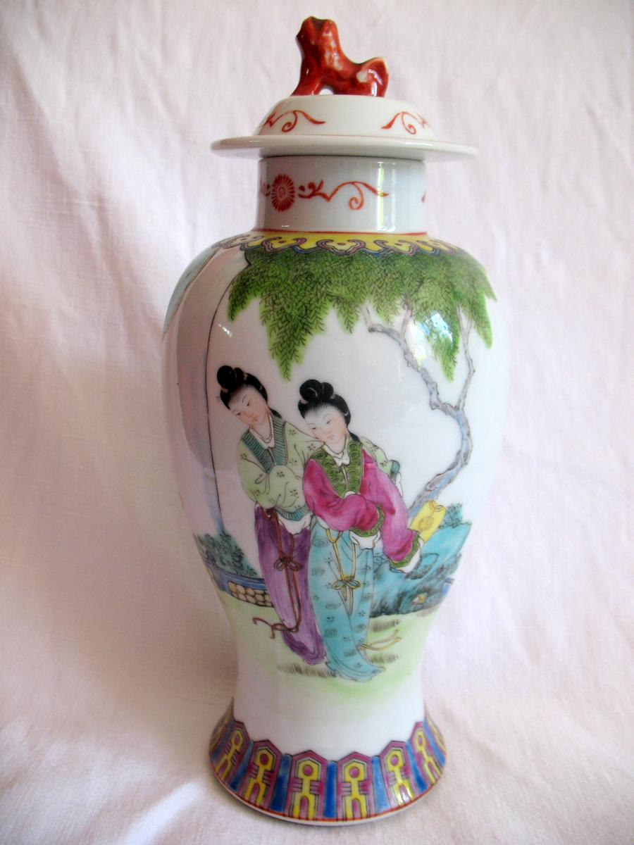 Vase couvert en porcelaine. Décor de personnages et chien de fô. Chine, XIXème