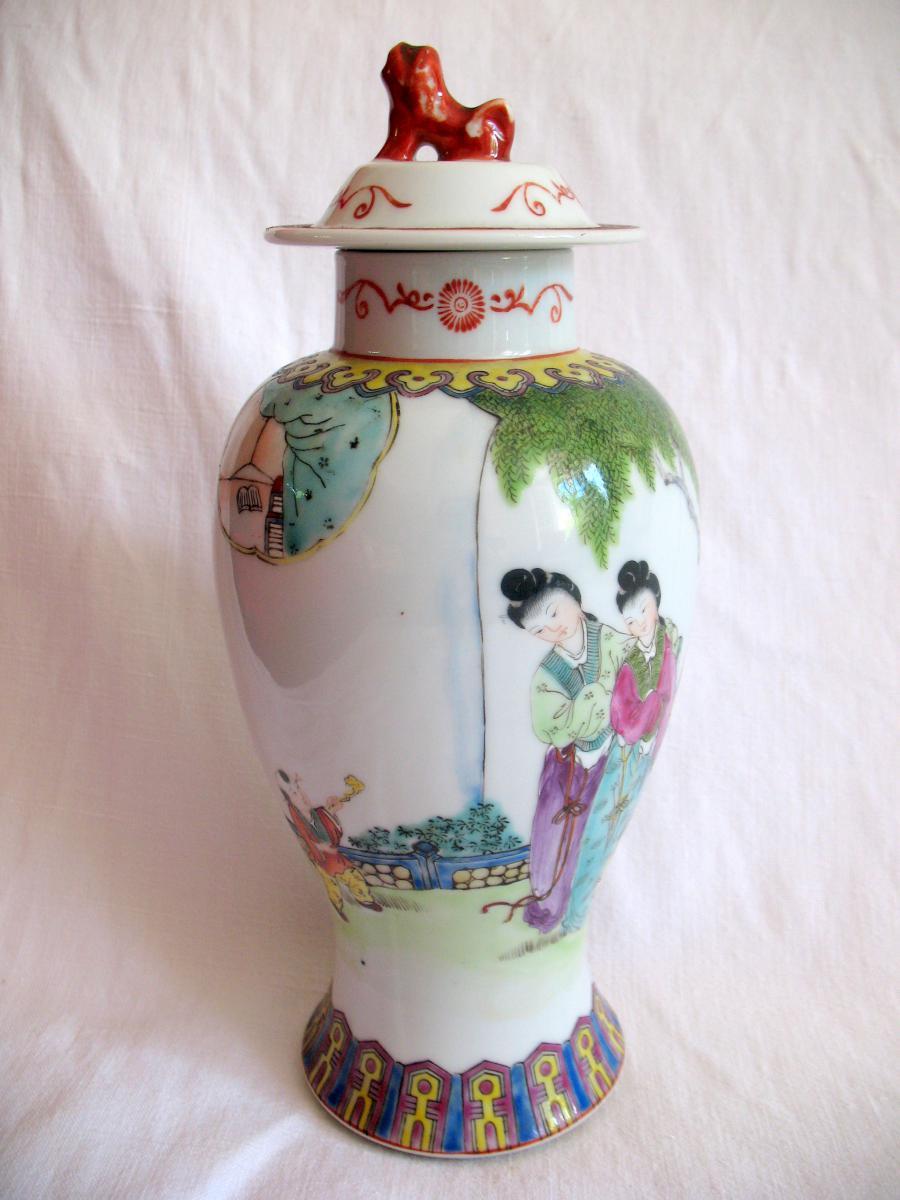 Vase couvert en porcelaine. Décor de personnages et chien de fô. Chine, XIXème-photo-2