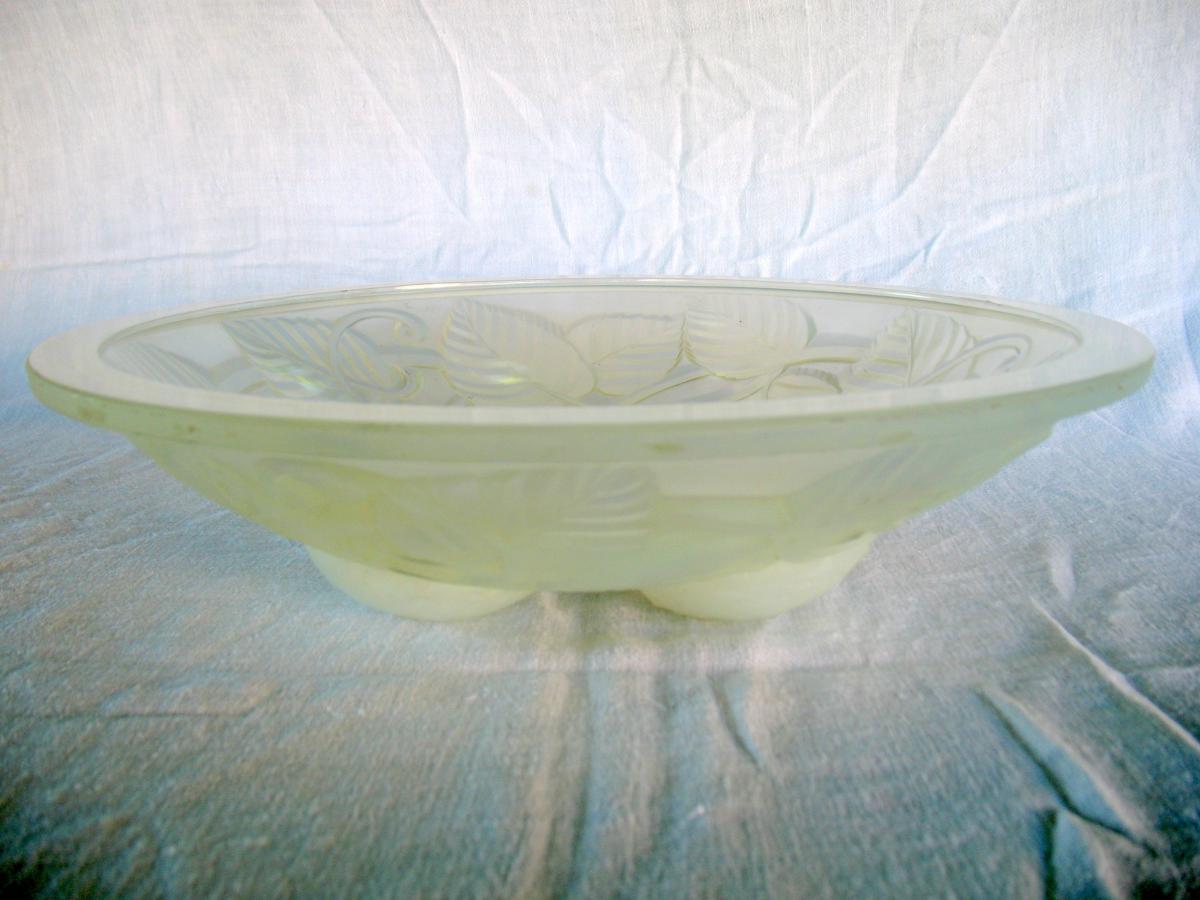 Coupe à fruits en verre opalescent signée Arvers. André Delatte, époque Art Déco