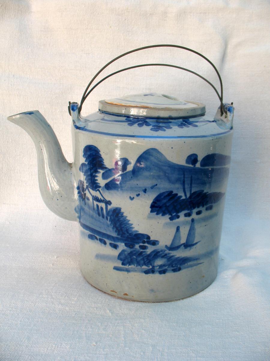 Théière exceptionnelle par sa taille en grès blanc bleu. Vietnam, fin XIXème