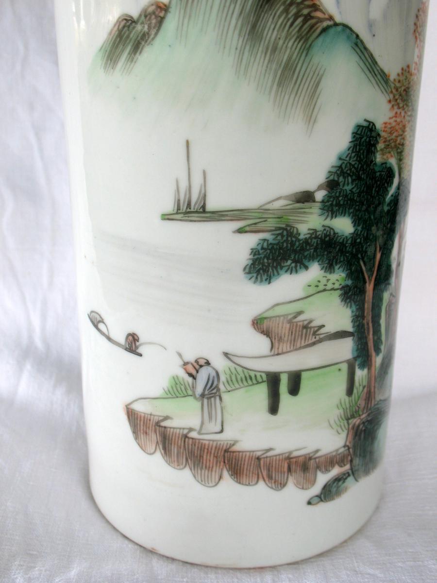 Vase rouleau en porcelaine de Chine. Décor paysage et pêcheur. Début XXème-photo-1