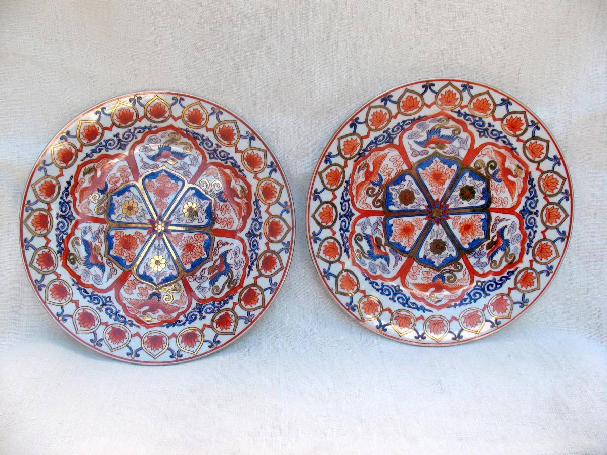 Deux plats en porcelaine de Chine. Décor au phénix et à la fleur de lotus. Début XXème