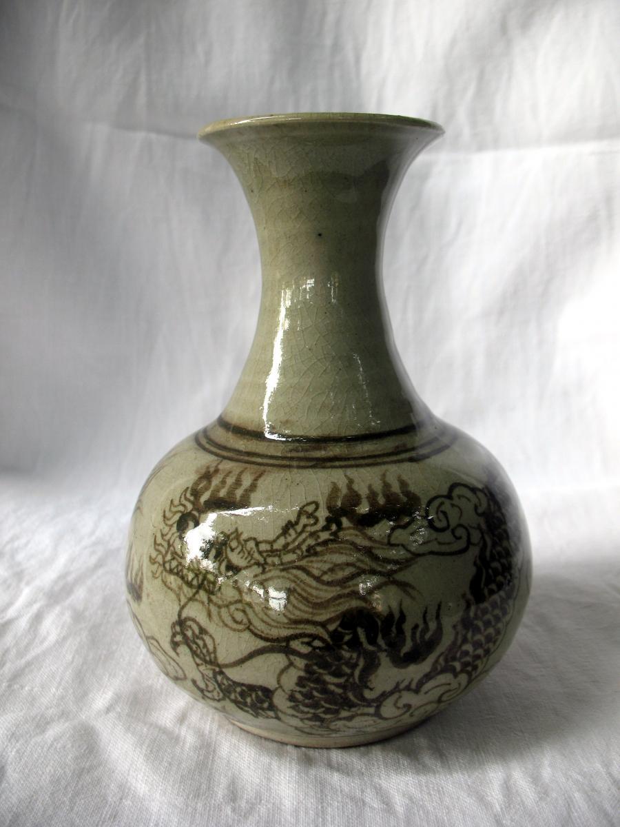 Vase bouteille en grès céladon. Décor au dragon. Dynastie Choson, Corée fin XVIIIème