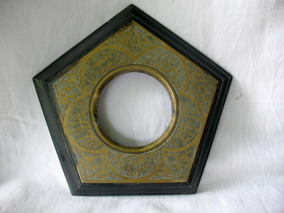 Judas de porte de harem en bronze ciselé et bakélite. Début XXème