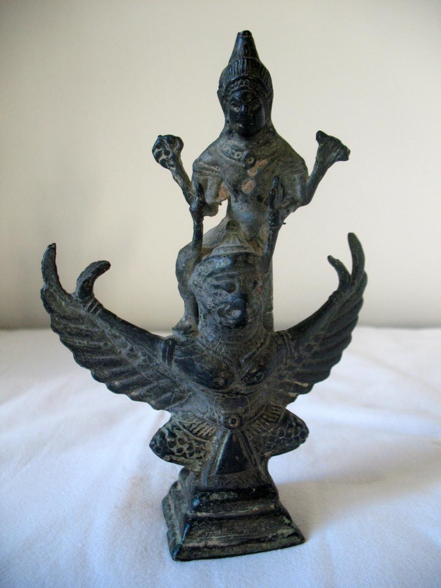 Statue en bronze du dieu Vishnu chevauchant Garuda. Empire Khmer, Cambodge XVIIIème