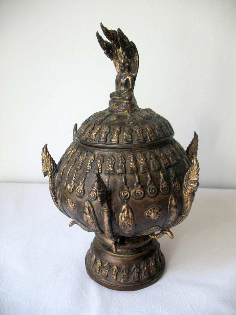 Grand pot à offrandes en bronze. Bouddha nâga. Thaïlande, XIXème