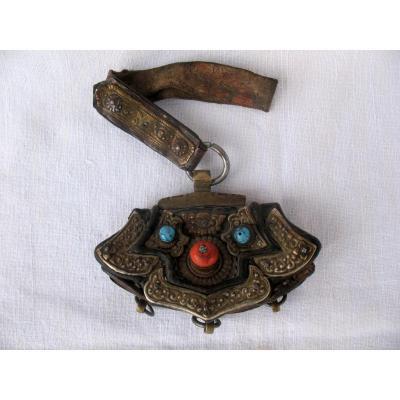 Porte monnaie du Tibet en cuir, bronze, corail et turquoises. Fin XIXème