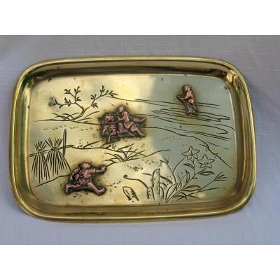 Plateau à opium en laiton et cuivre travaillé. Personnages en relief. Japon, XIXème