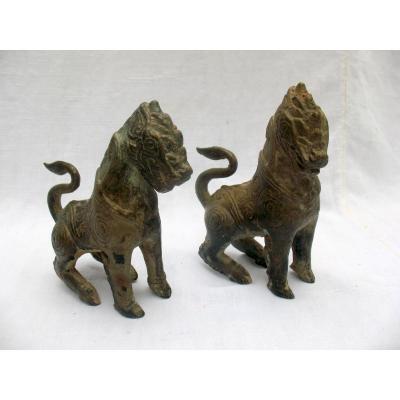 Paire de chiens de fô ou lions gardiens en bronze. Empire Khmer, Cambodge XVIIIème
